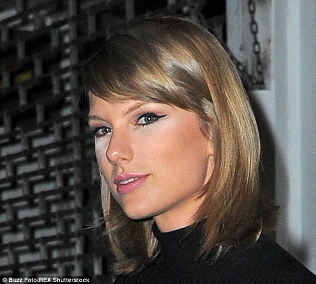 2D2EFC2400000578-3264499-Beauty_blunder_Taylor_Swift_appeared_to_have_a_minor_make_up_mis-a-1_1444290753791.jpg
